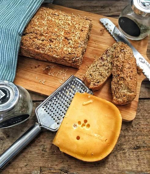 organic happiness, realflavors, foodblog, biologische foodblog, biologisch, biologisch recept, biologisch brood, brood, glutenvrij brood, glutenvrij, glutenvrij recept, kaas, ui, kaas- uienbrood, samenwerking, gezond recept, makkelijk recept