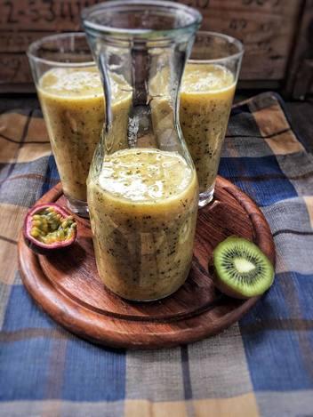 blog, smoothie, smoothie sunday, khaki, kiwi, pear, banana, passion fruit, vegan, vegan smoothie, organic, organic recipe, organic ingredients, organic food blog, food blog, healthy recipes, easy recipes, smoothie recipes, organic happiness
